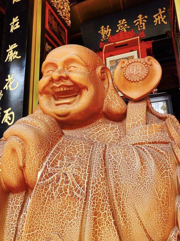 Statue vor dem Eingang des Leong San See Temple