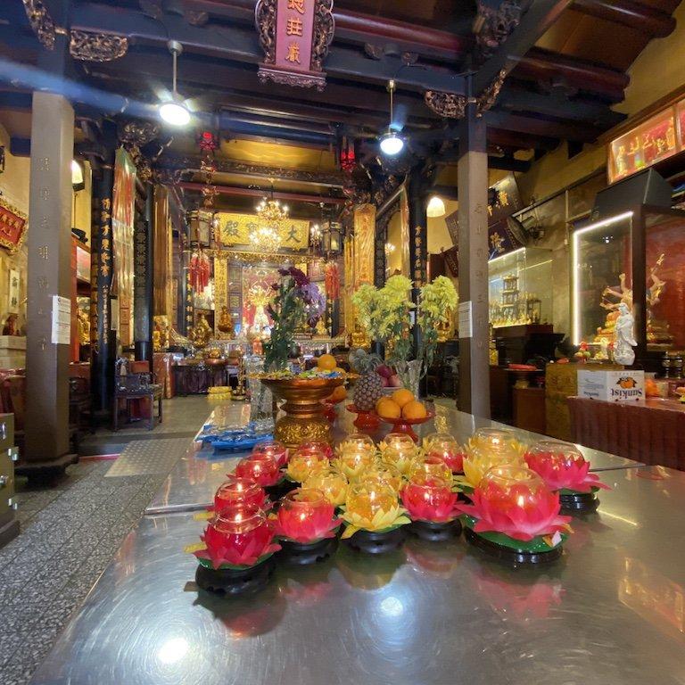 Lichter und das Innere des Leong San See Temple