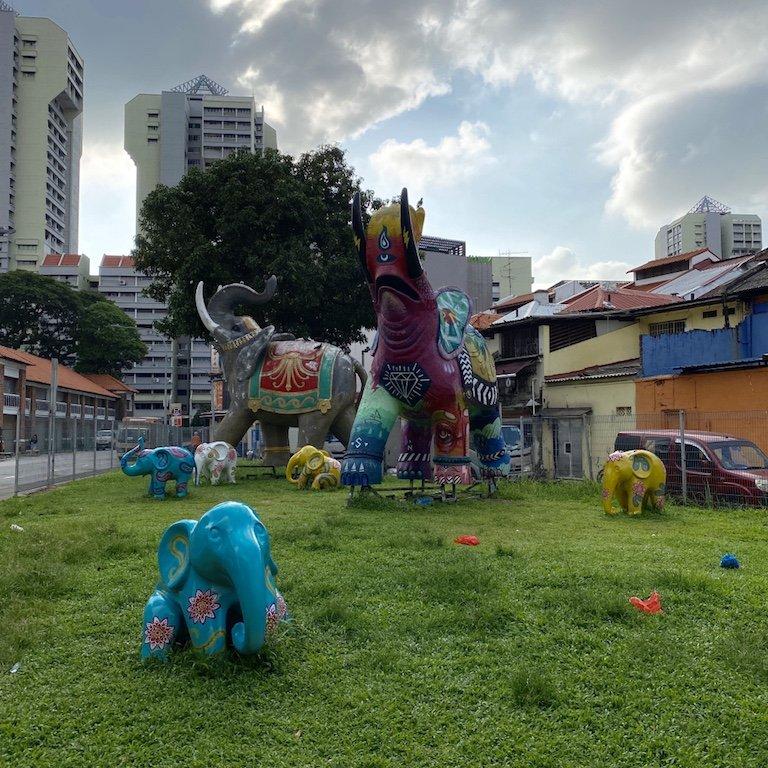 Park in der Hindoo Road mit bunten Elefanten