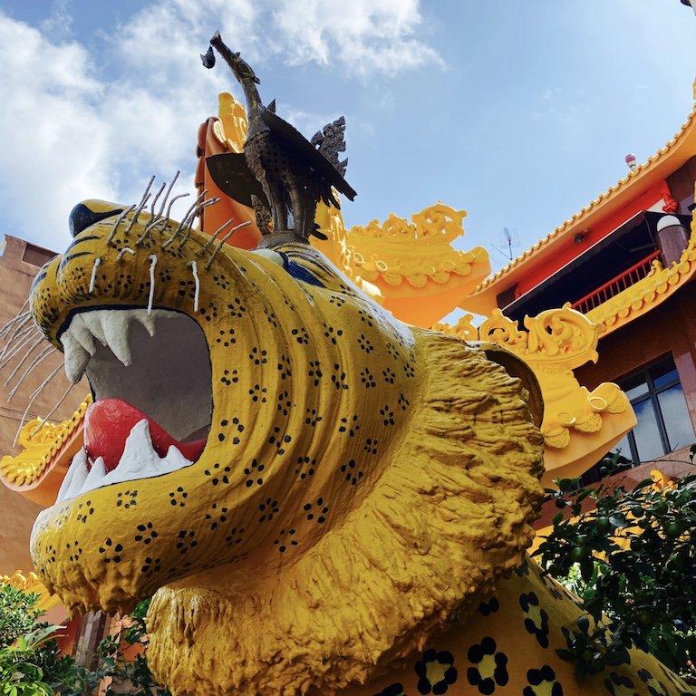 Tigerfigur vor dem Temple of 1000 Lights - Sakya Muni Buddha Gaya Temple