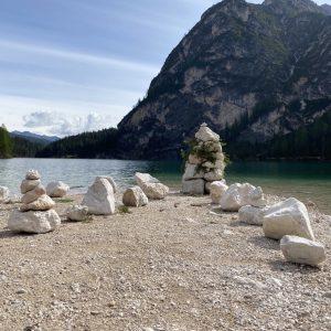 Pragser Wildsee - Blick auf See, Steine und Natur