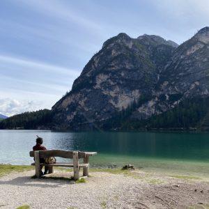 Pragser Wildsee - Blick auf Bank, See und Natur