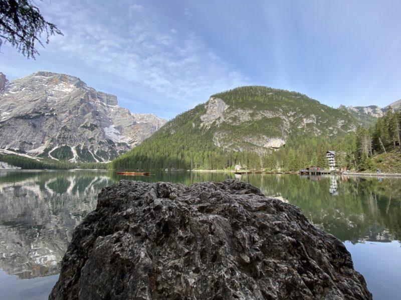 Pragser Wildsee - Blick auf See, Hotel und Natur vom Rundweg