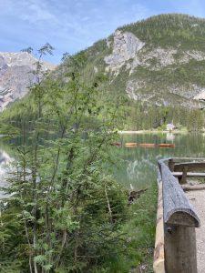 Pragser Wildsee - Blick auf Boote, Kirche, See und Natur vom Rundweg