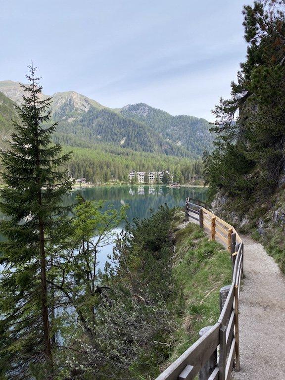 Pragser Wildsee - Blick auf Hotel, See und Natur vom Rundweg