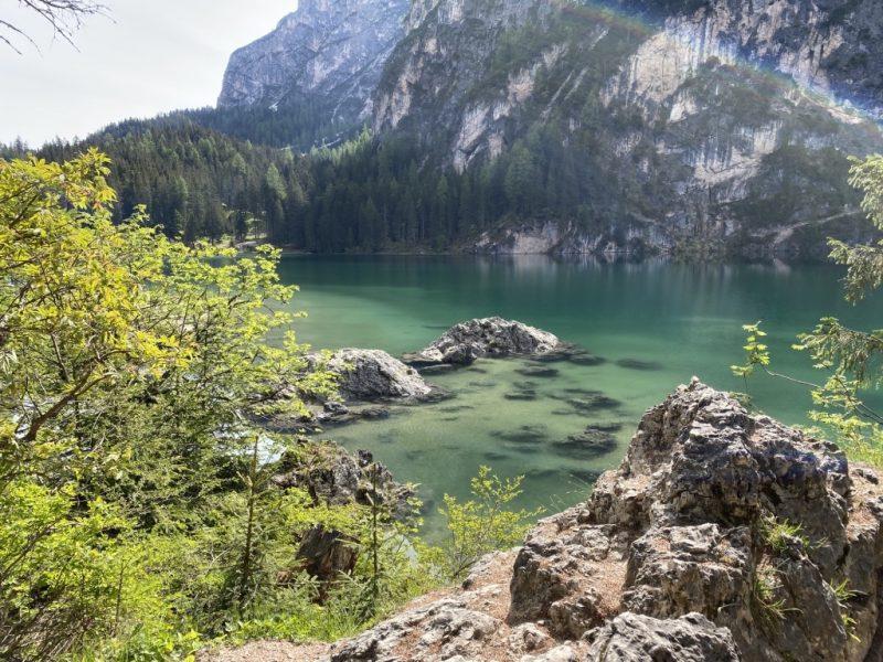 Pragser Wildsee - Blick auf See und Natur vom Rundweg
