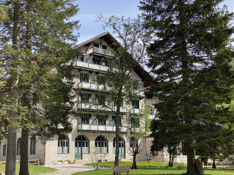 Pragser Wildsee - Blick auf die Hotelfassade