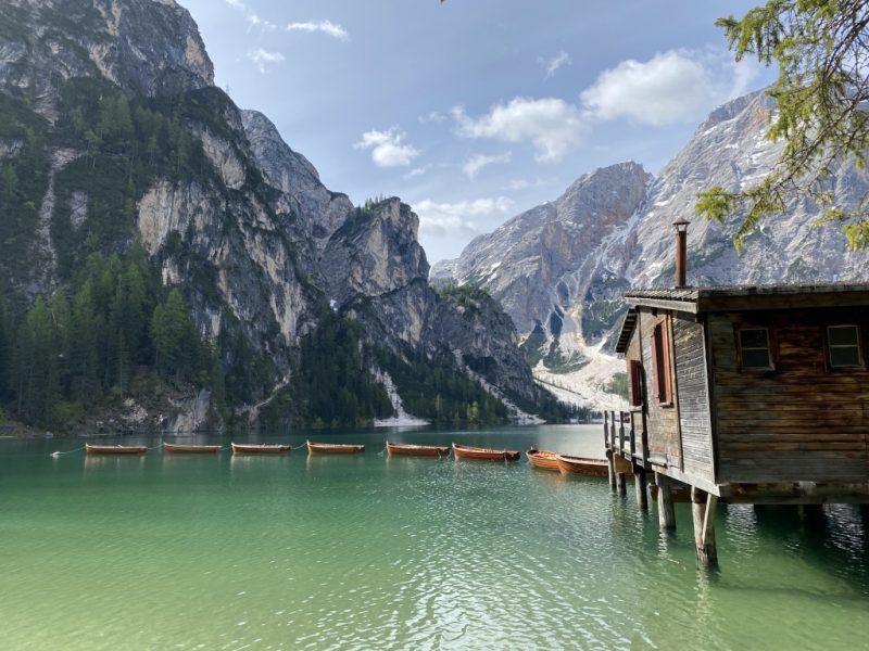 Pragser Wildsee - Blick auf See und Bootshaus und Langkofel Gebirge