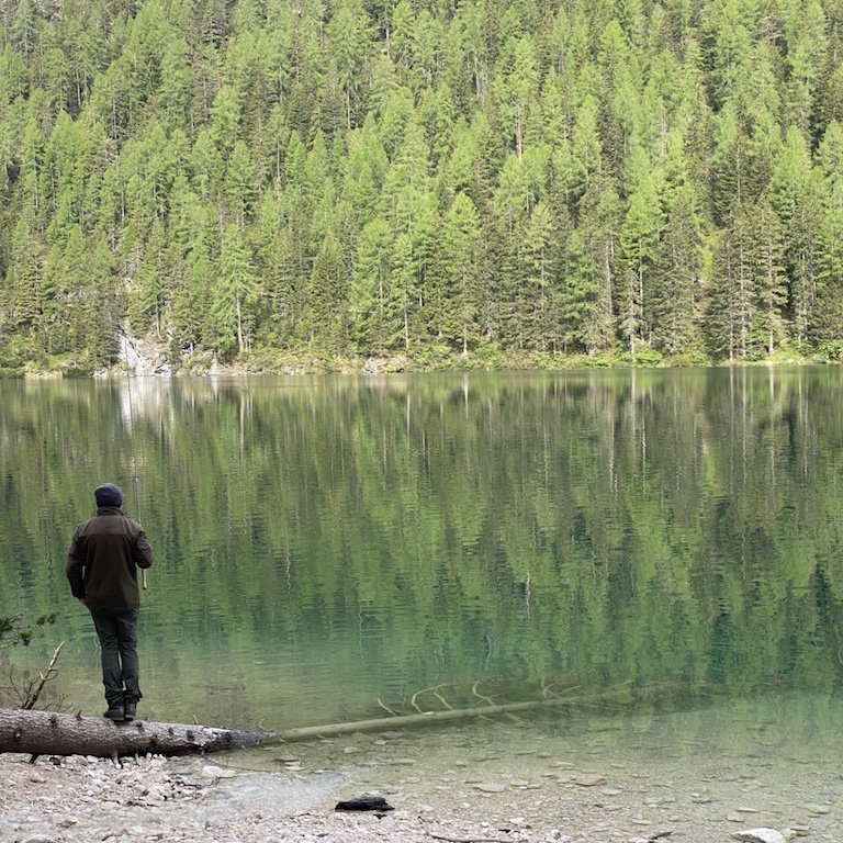 Pragser Wildsee - Blick auf See, Angler und Natur vom Rundweg