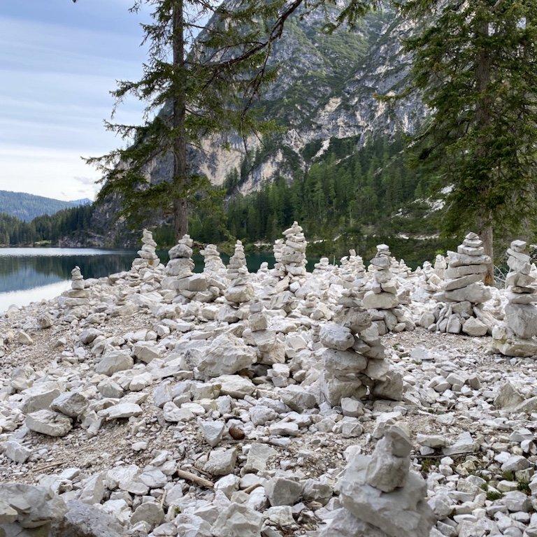 Pragser Wildsee - Blick auf Steinmännchen, See und Natur