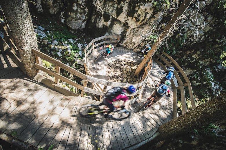 Mountainbikerinnen in der Schnecke im Hustle and Flow Trail im Bikepark