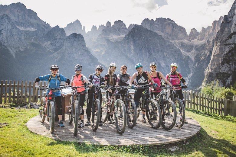 Ernstblickende Teilnehmerinnen mit Brenta Dolomiten im Hintergrund