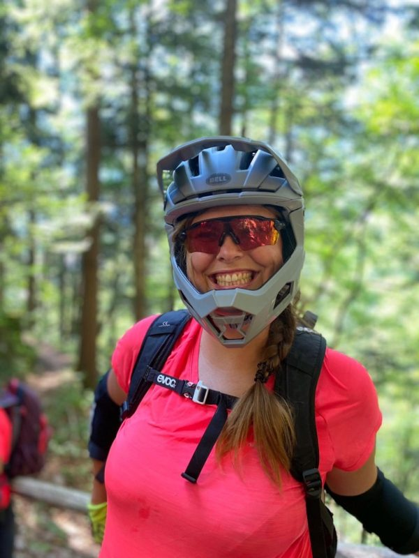 Glückliche Teilnehmerin des Bike Women Camp in Molveno