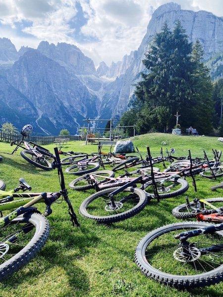 Räder mit Brenta Dolomiten im Hintergrund