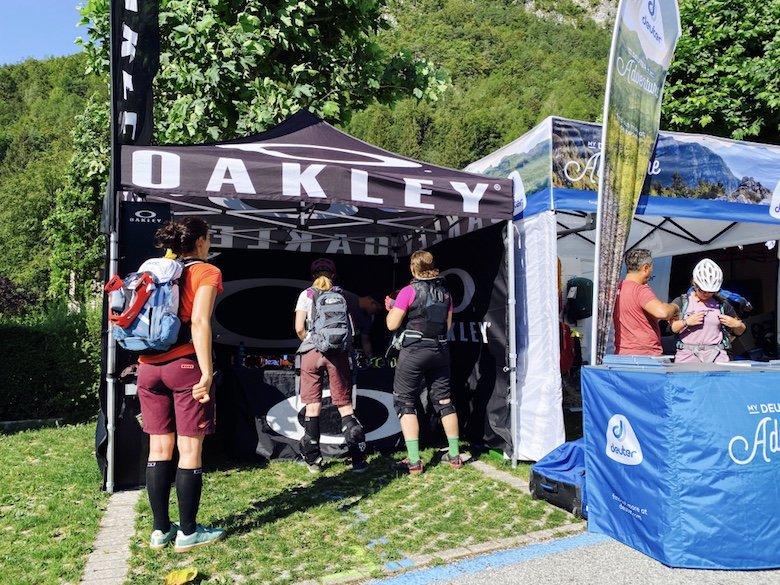 Bikerinnen am Oakley Stand - Workshop