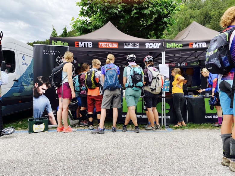 Zelt des Bike Camp Woman 2020 mit Teilnehmerinnen