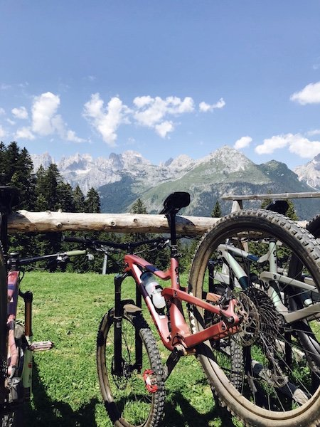 Rad mit Brenta Dolomiten im Hintergrund