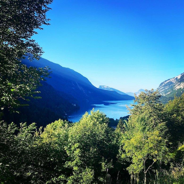 Blick auf den Molveno See mit Bergen