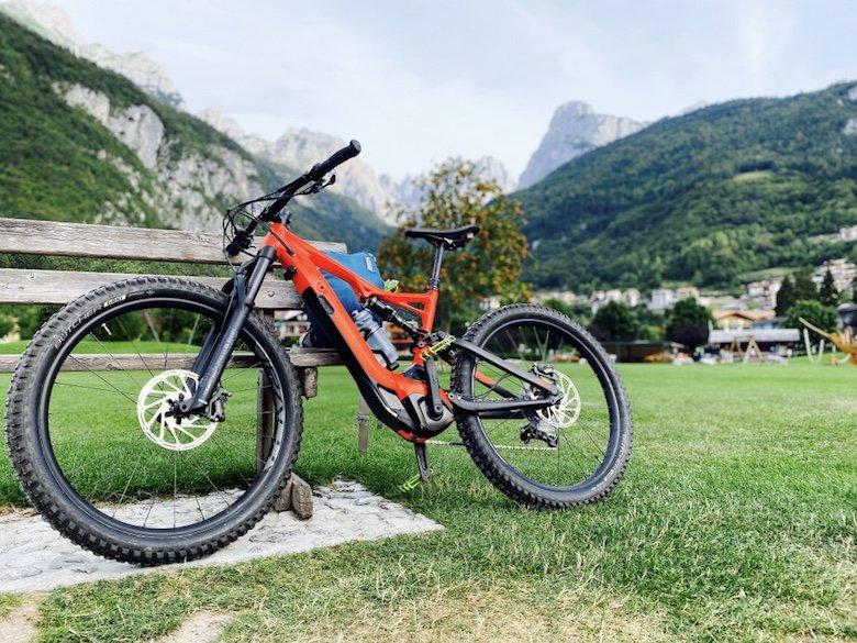 Rotes Bike mit Brenta Dolomiten im Hintergrund