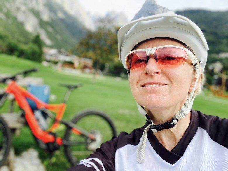 Selfie von Isabella mit Bike im Hintergrund in Molveno