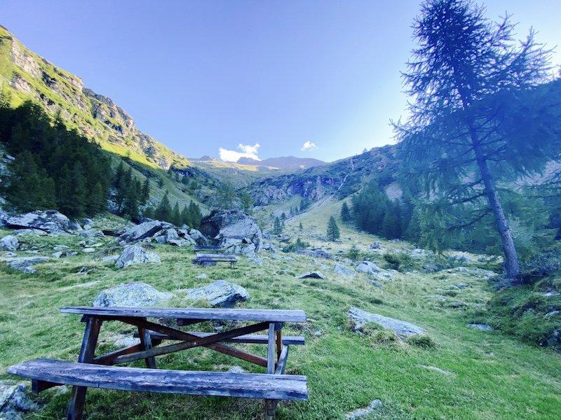 Rastplatz mit Sicht auf Tal und Berge