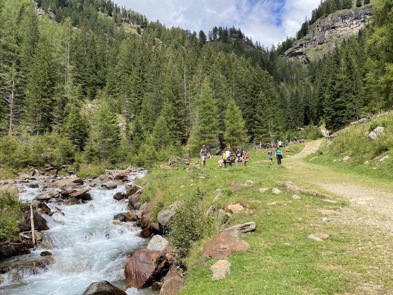 Fluss Rabbies und Weg mit Wald im Hintergrund