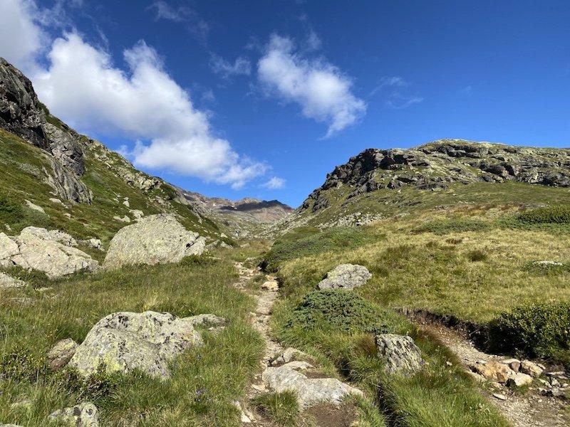 Sicht auf Berge, Pfad und Himmel
