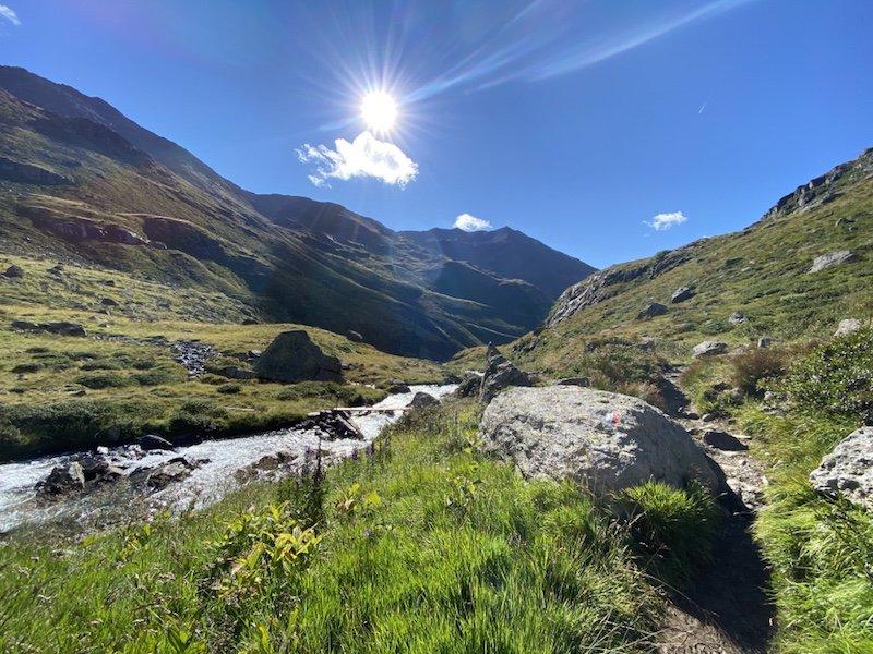 Sicht auf Berge, Fluss und Himmel