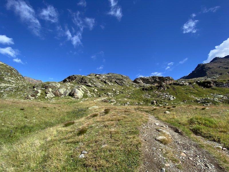 Sicht auf Berge, Weg und Himmel