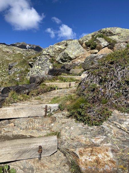 Stufen hoch zur Hütte