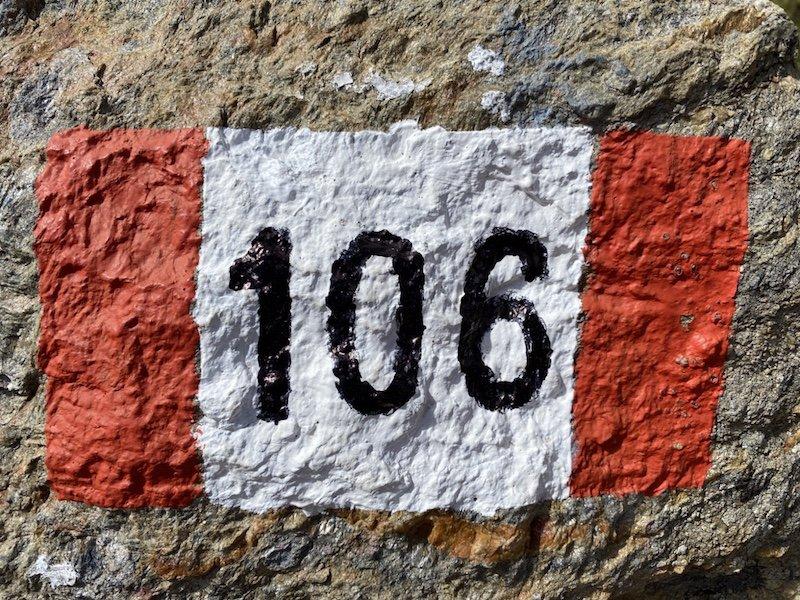 Wegzeichnung in rot und weiss mit 106