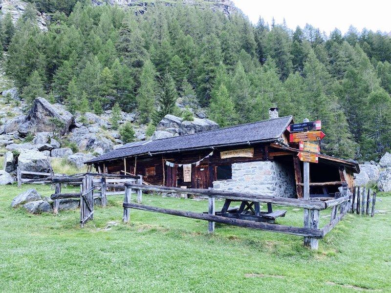Saént Hütte mit Wald dahinter