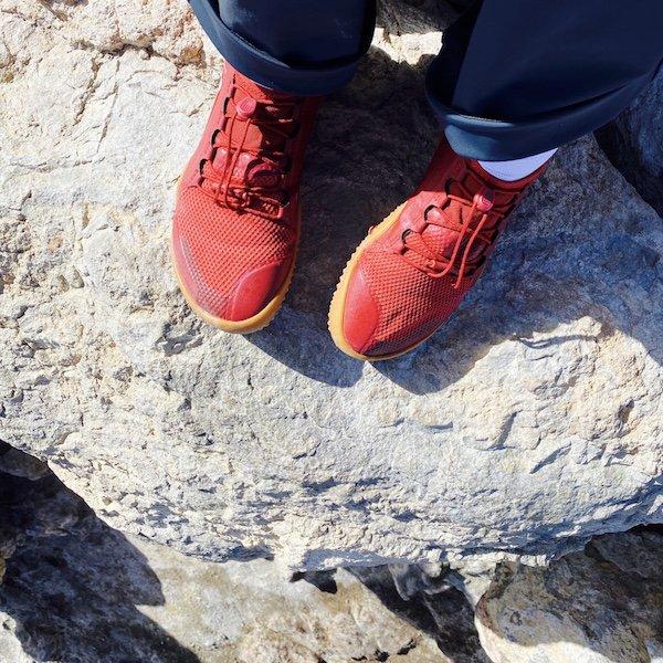 Rote Schuhe auf Lavastein
