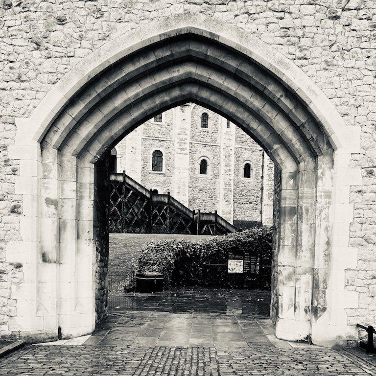 Gebäude und Tor im Tower of London