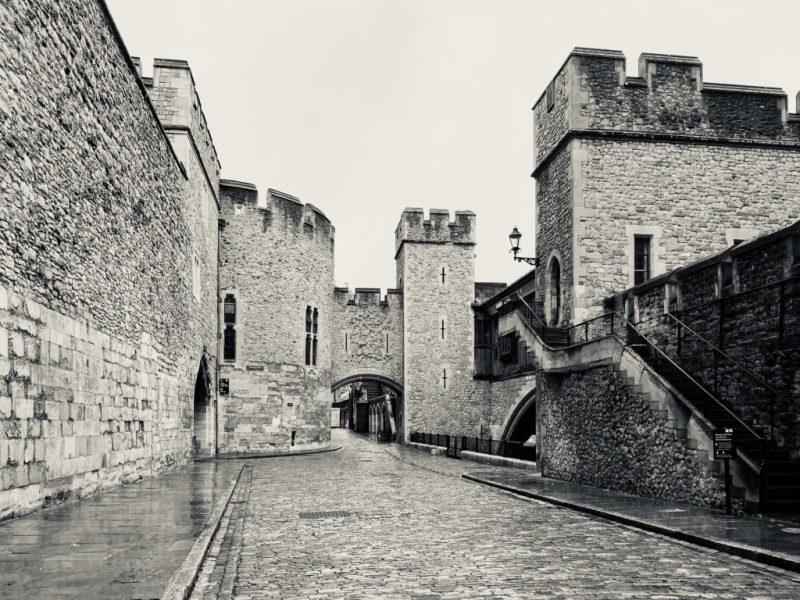 Besuch im Tower of London: Mauern und Gebäude