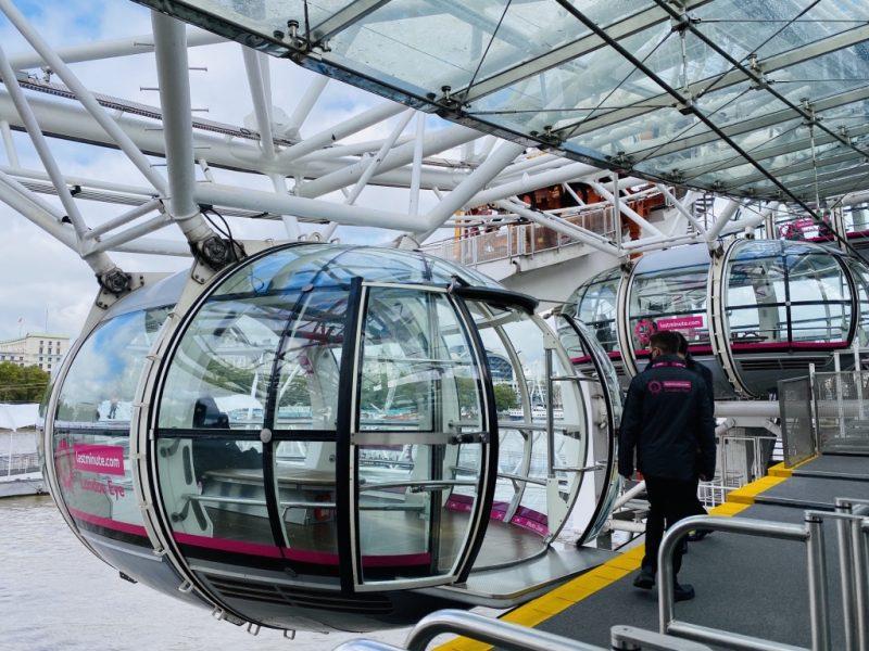 Kapseln und Riesenrad London Eye am