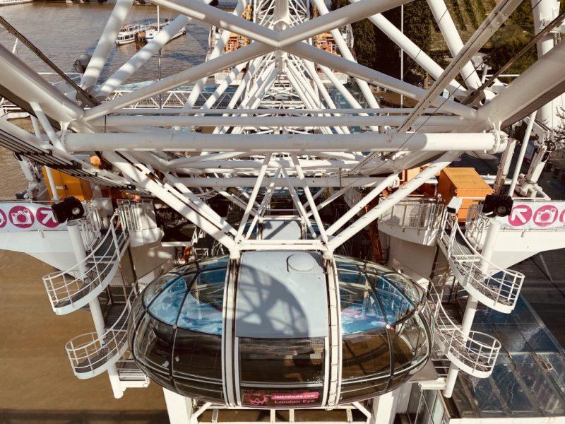 Kapseln und Riesenrad London Eye