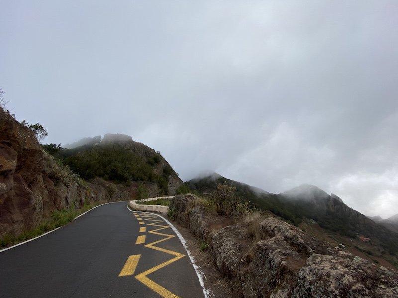 Typische Strasse im Anaga Gebirge auf Teneriffa