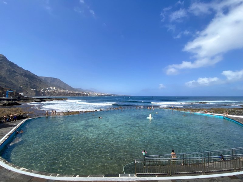 Naturschwimmbecken in Punta del Hidalgo mit Meer im Hintergrund