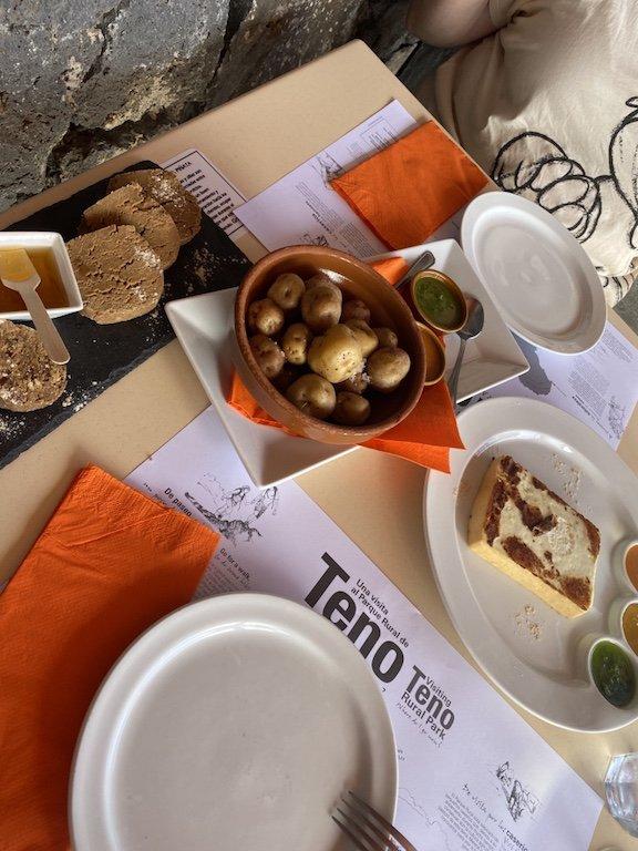 Essen im Restaurant im Teno Gebirges