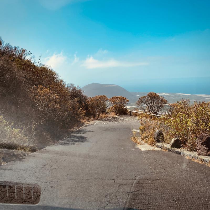 Auf der TF-436 Strasse auf Teneriffa und Blick auf Meer