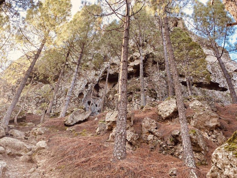 Wanderweg zum Roque Nublo und Sicht auf Höhlen auf Gran Canaria