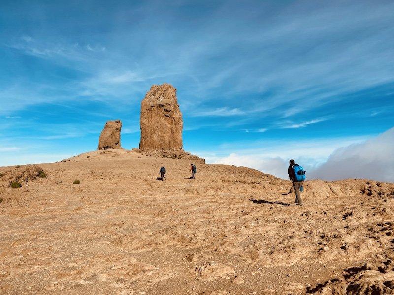 Auf der Plattform mit Wanderern vor Roque Nublo Felsen