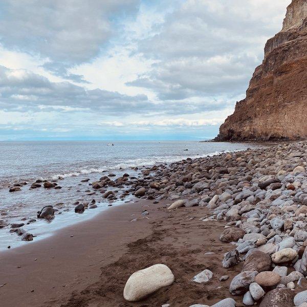 Strand und Felsen bei Puerto de Mogan auf Gran Canaria