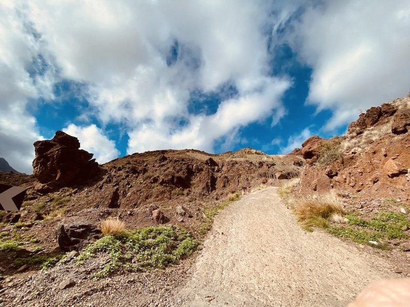 Berglandschaft und Felsformationen entlang der GC210 im Westen der Insel Gran Canaria