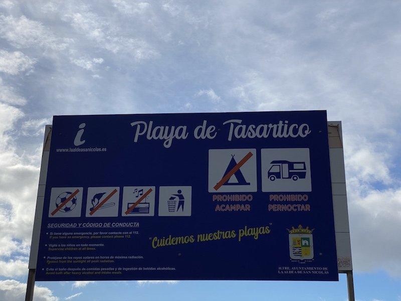 Strandschild bei Playa de Tasartico auf Gran Canaria
