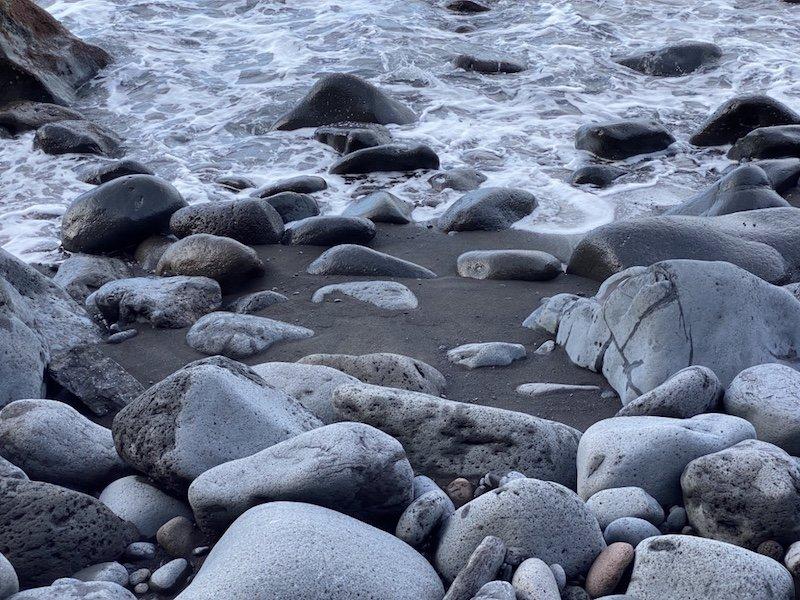 Strand mit Steinen bei Playa de Tasarte auf Gran Canaria