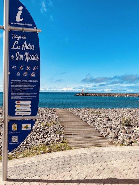 Schild am Strand bei Puerto de la Aldea auf Gran Canaria