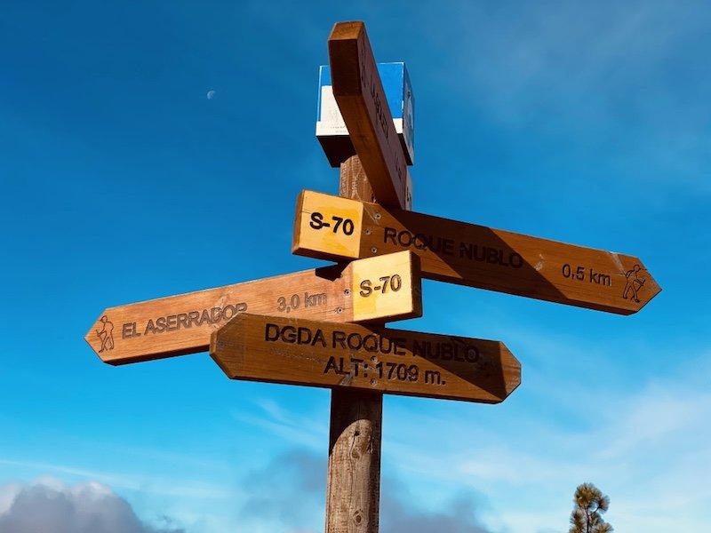 Hinweisschilder zu Wanderwege am Roque Nublo