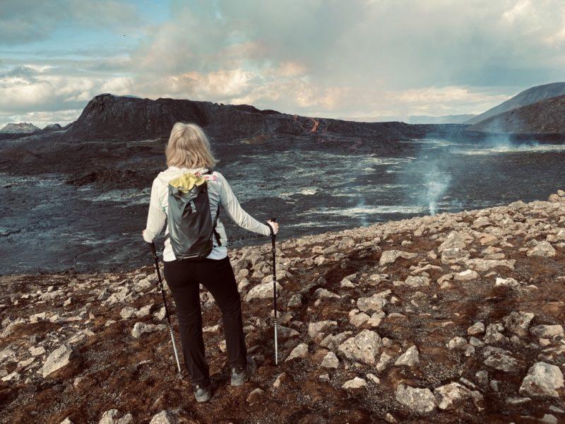 Ich blicke auf das Lavameer und den Krater mit Lavafluss